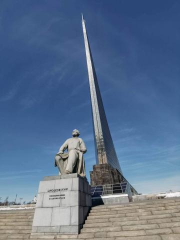Памятник Циолковскому возле Музея космонавтики